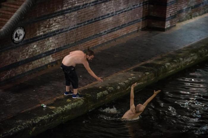 Английские болельщики отрываются, ныряют в каналы и залазят на светофоры, когда лихорадка Кубка мира заканчивается
