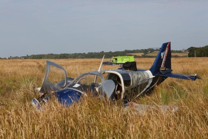 Два человека серьезно пострадали, когда самолет врезался в силовые кабели