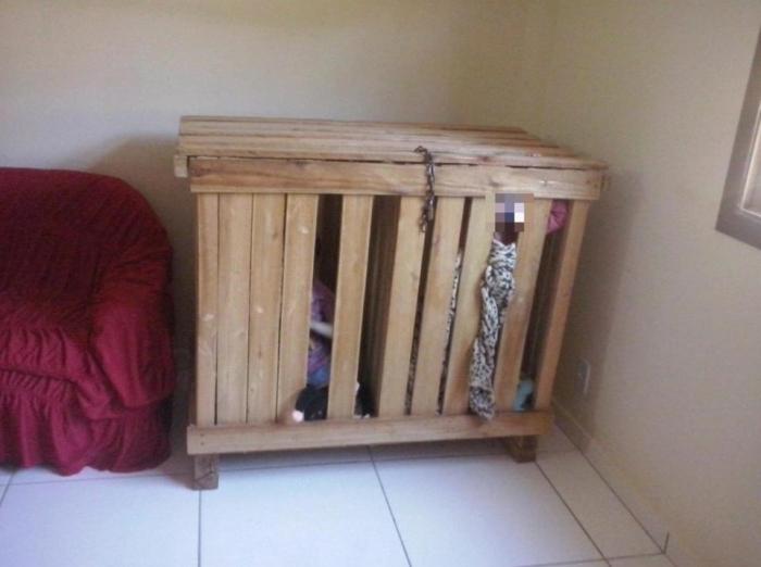 Трехлетние близнецы-мальчики обнаружены закрытыми внутри крошечной деревянной клетке дома
