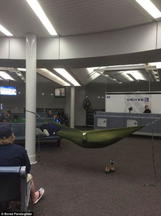 Отпускники делятся веселыми фотками странных вещей, которые они когда-либо видели в аэропорту