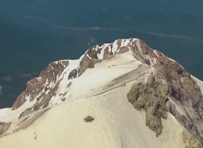 Невероятный момент вертолет балансирует на высоте 3300 метров, чтобы спасти застрявшего альпиниста
