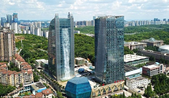 Китайская компания построила искусственный водопад высотой 108 метров ниспадающего с небоскреба