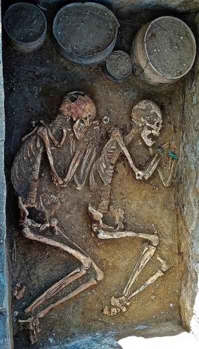 Было найдено захоронение 5000-летних скелетов любовников рядом с останками двух жертвенных лошадей