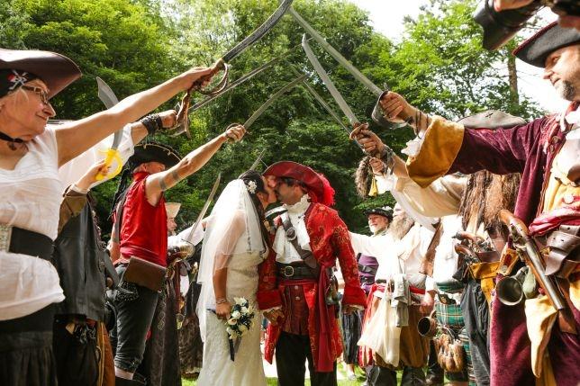 У поклонников фильма «Пираты Карибского моря» прошла пиратская тематическая свадьба