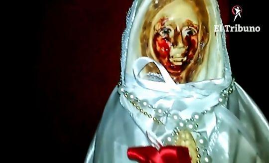 Статую Девы Марии в Аргентине сняли на камеру когда она «плакала кровавыми слезами»