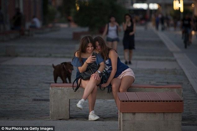 Молодые люди, приклеены к своим смартфонам, тратят до семи часов в день онлайн