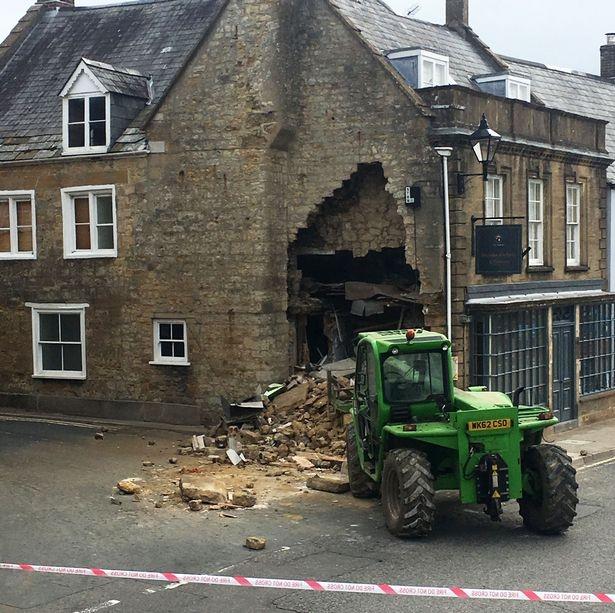 Воры применили украденный трактор, чтобы проделать большую дыру в стене и украсть банкомат