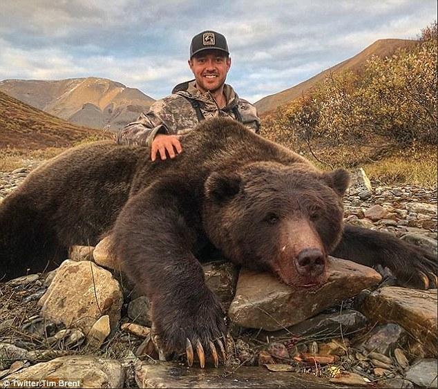 Бывший хоккеист получает смертельные угрозы когда он сфотографировался с телом медведя гризли, которого он застрелил на охоте в Канаде