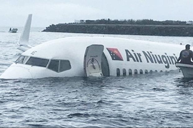 Спасательная операция началась сразу, как только самолет проскочил ВПП