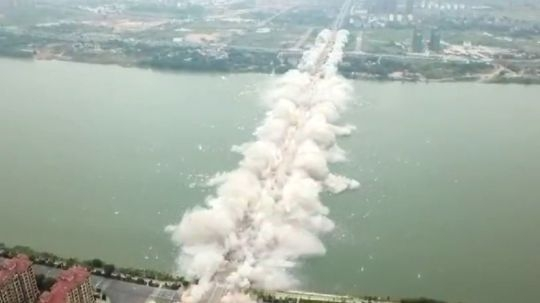 За разрушением моста можно наблюдать целый день