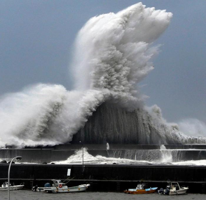 Тайфун Джеби убил 10 жителей, около миллионна жителей осталось без электроэнергии