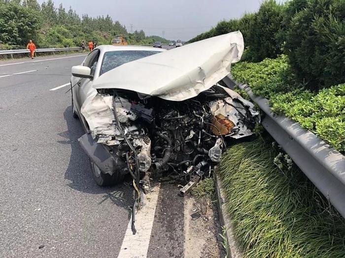 Водитель разбивает спортивный автомобиль Maserati Ghibli, который он позаимствовал у своего лучшего помощника