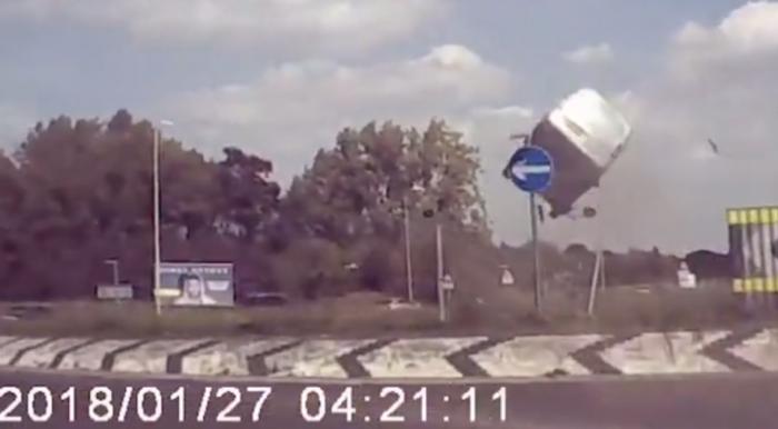 Появилось видео с взлетающим в небо фургоном, перелетающим круговую развязку, полицейские подтверждают