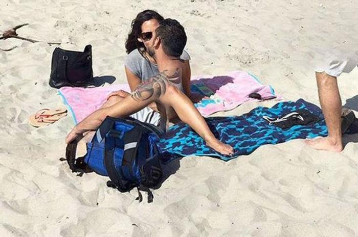 Пользователи Google Maps обнаружили влюблённую пару в очень неудобном положении на пляже