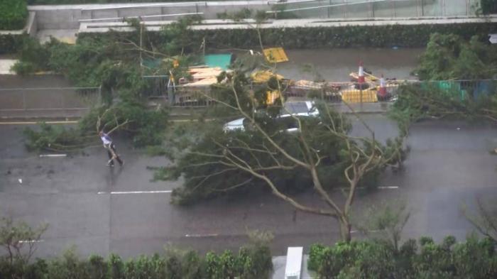 Тайфун Мангхут сбивает людей с ног и бросает их в бетонную стену