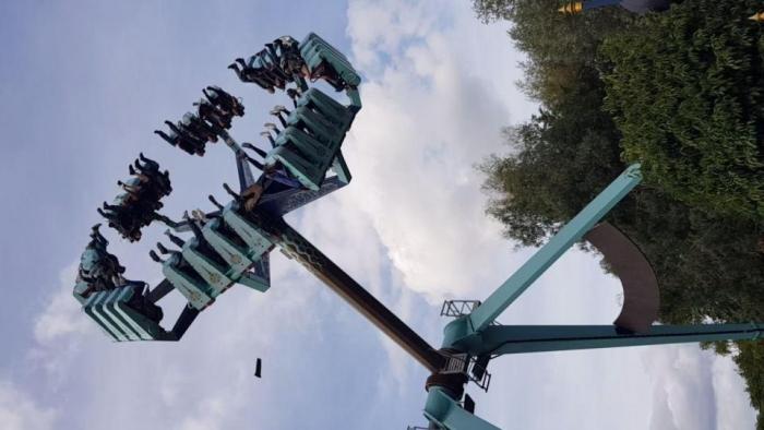 Страшный момент, когда часть сиденья отрывается от аттракциона Vortex ride в Торп-парке, едва не зацепив любителей острых ощущений