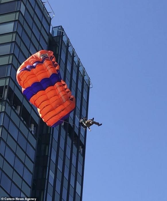 Американский бэйз-джампер сломал обе ноги, когда он ударился о землю прыгнув с 20-этажного здания в Норвегии
