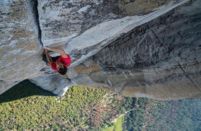 Альпинист поднялся на высоту 900 метров без снаряжения