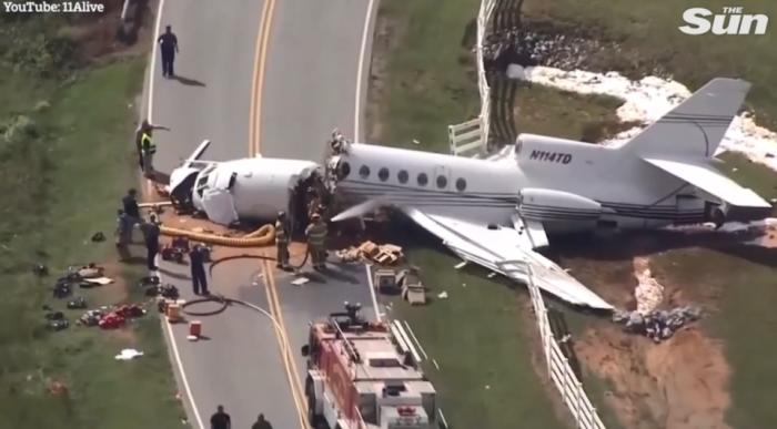 Двое погибших и супружеская пара, борется за жизнь после того как пассажирский самолет, съехал с ВПП и «переломился на две части» в аэропорту Южной Каролины