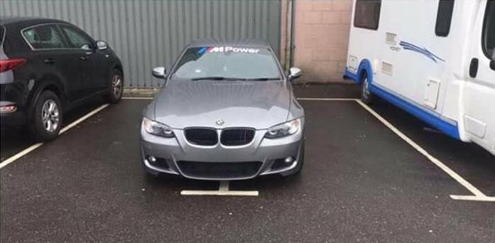 Водитель BMW купил два парковочных талона и поставил свою машину на два места, чтобы никто не поцарапал машину