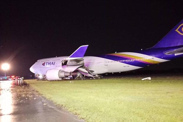 Пассажиры в ужасе, когда самолет соскользнул с ВПП из-за сильного ливня