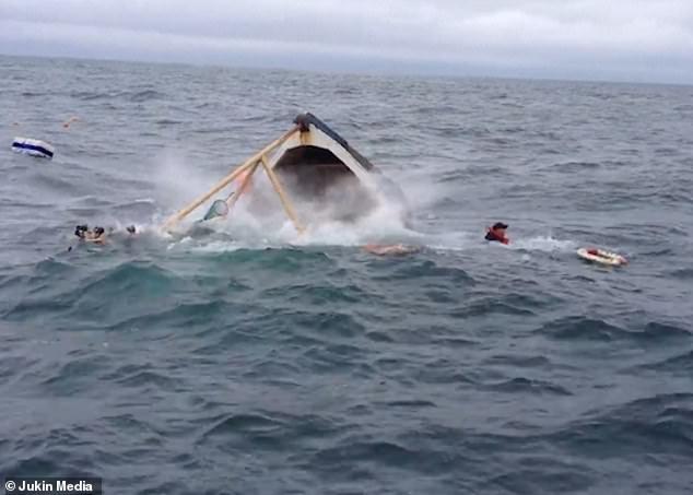 Два рыбака спасаются с быстро тонущего судна, которое уходит под воду в течение нескольких секунд