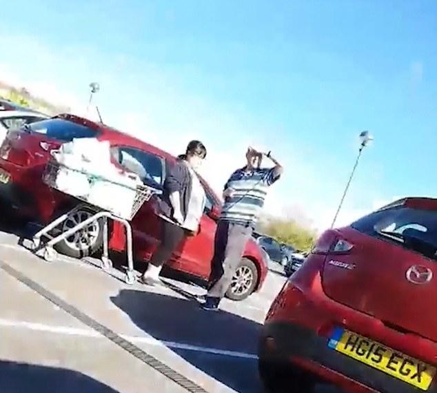 Сбитые с толку мужчина и женщина несколько минут, пытаются попасть в машину - прежде чем понимают, что их машина стоит рядом