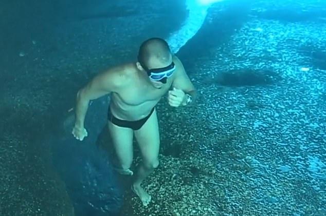 Улетный момент для ума, когда ныряльщик, похоже, гуляет по дну океана