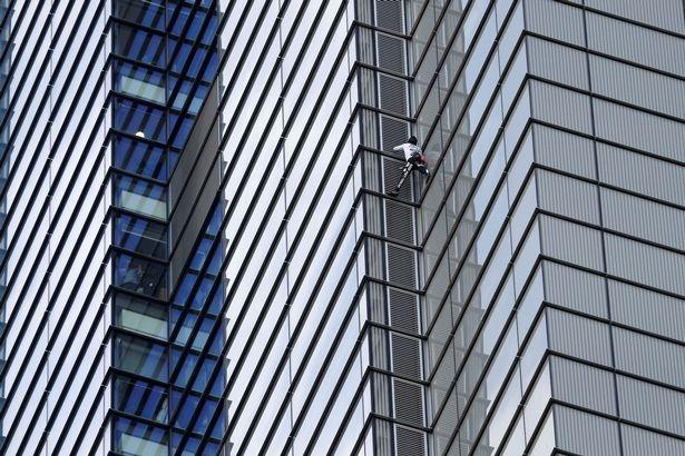 Французский «Человек паук» Ален Роберт поднялся на лондонскую Башню Херон перед шокированными работниками офисов