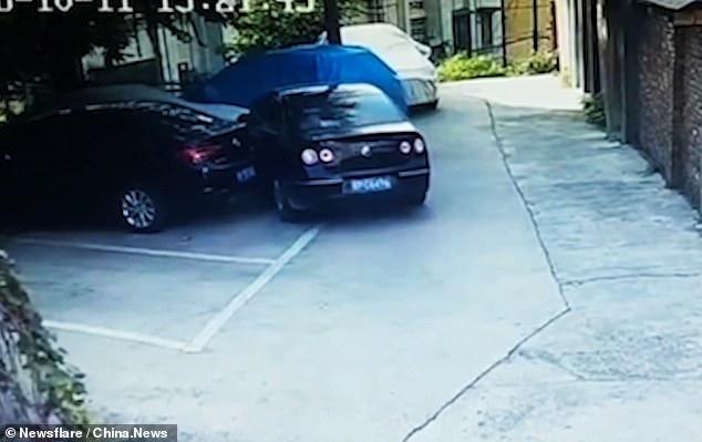 Водитель хорошо зацепил три машины, а затем сдал назад и врезался в стену