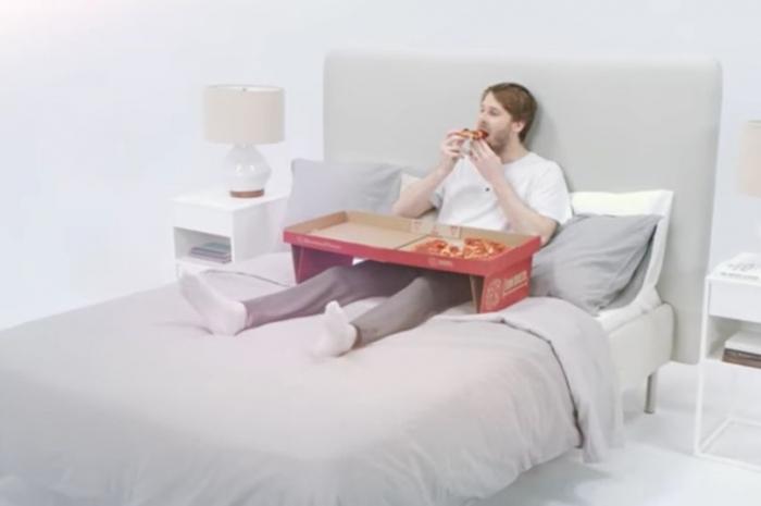 Картонная коробка из-под пиццы становится удобной подставкой для еды пиццы в постели