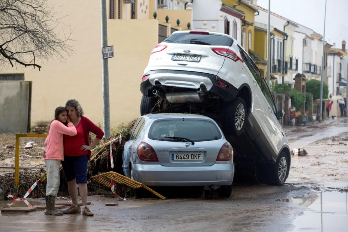Наводнение в Коста-дель-Соль превратило улицы в бушующие реки, выживших спасали вертолетами после проливного дождя на юге Испании