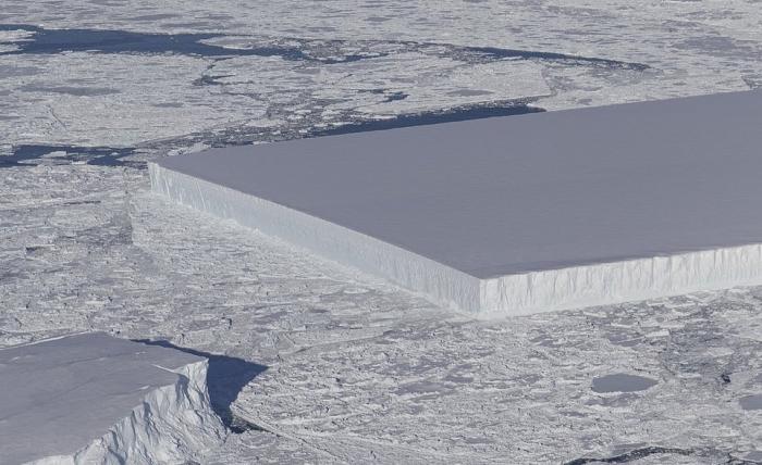 НАСА обнаружило странный прямоугольный айсберг в Антарктиде