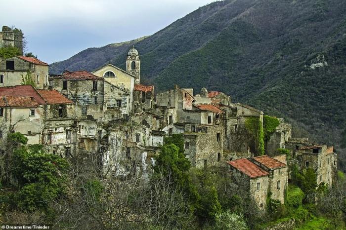 По пояс ушедшие под землю соборы, разрушающиеся деревни, где запрещено появляться туристам. Города призраки Мира