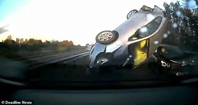 Ужас! Водитель врезался в две неподвижные машины и перевернулся на четвертой машине на шоссе рядом с Глазго