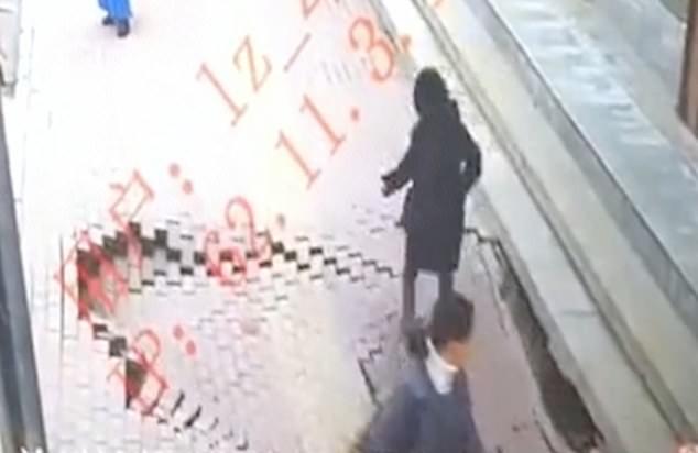 Ужас! Женщину пешехода проглатывает провал глубиной 3 метра на тротуаре в Китае