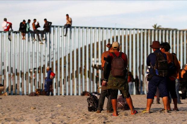 Группа мигрантов прибыла к забору на границе между США и Мексикой