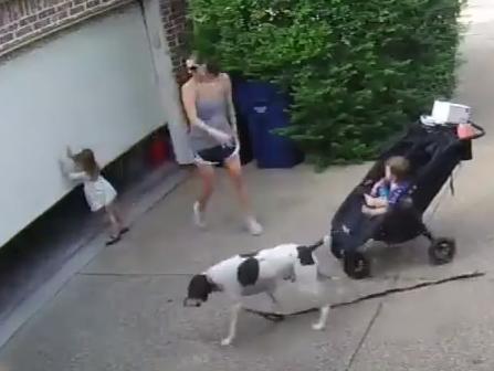 Женщина перепугалась, когда ее маленькую дочку подняла дверь гаража