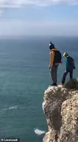 Экстремал падает с высоты 95 м и разбивается после удара о землю, когда его парашют не смог раскрыться во время базового прыжка