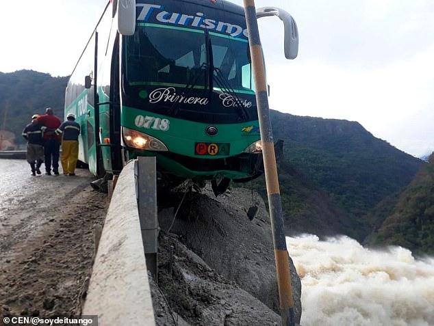 Водитель автобуса застрял на краю обрыва в Южной Америке