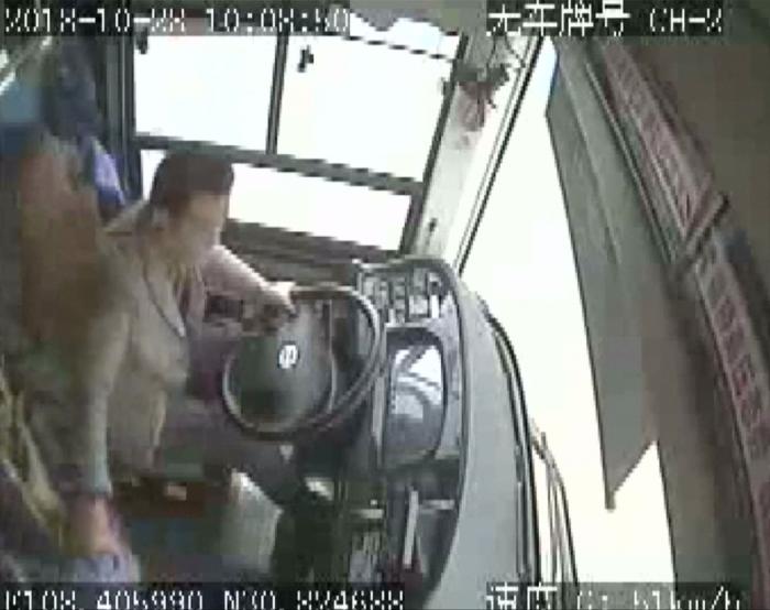 Ужас! Водитель и пассажир поругались в китайской машине, из-за чего она потеряла управление и сорвалась с моста