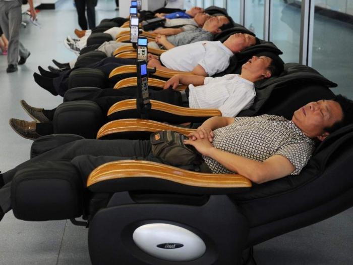 «Помогите!»: мужчина просит помощи в Твиттере после того как он заснул в массажном кресле в магазине