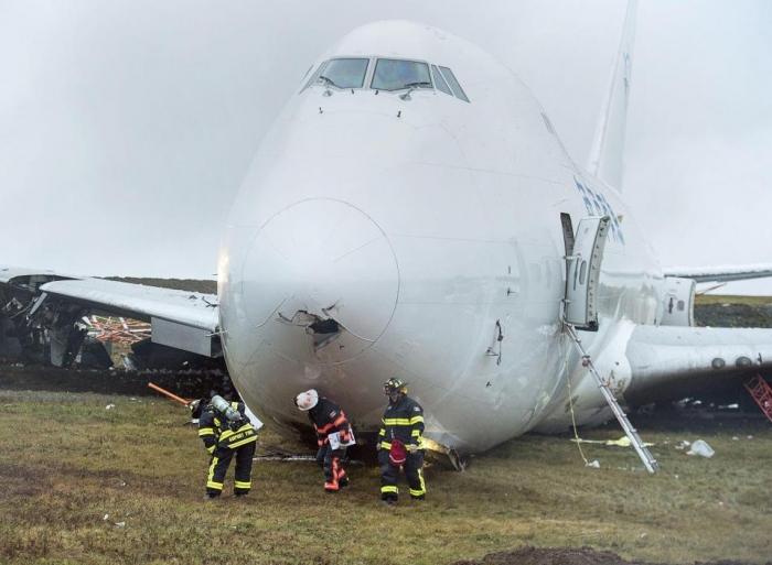 Самолет Боинг 747 выскочил с ВПП в Канаде во время посадки, оставив четырех раненых