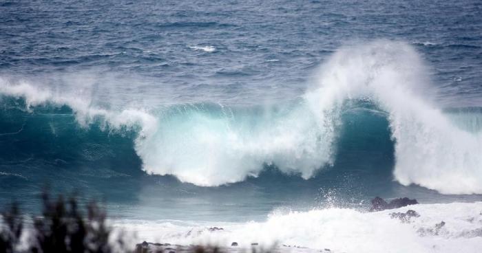 Ужас! Страшные волны разрушают лоджии многоэтажного здания на Тенерифе