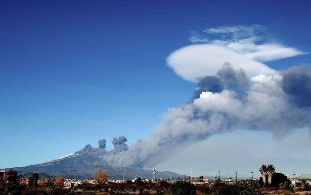 Вулкан Этна извергается, выбросив облако пепельного газа и вызывая опасность для самолетов