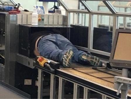 Путешественники рассказывают о странных вещах, которые они видели в аэропортах по всему миру