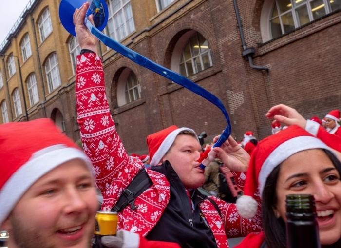 Санта Клаусы в Лондоне не так празднуют, сколько напиваются в барах, создавая хаос