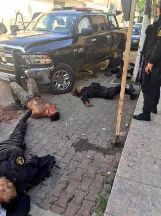 На страшных фото тела шести мексиканских полицейских, застреленных бандой, пытавшейся освободить заключенного