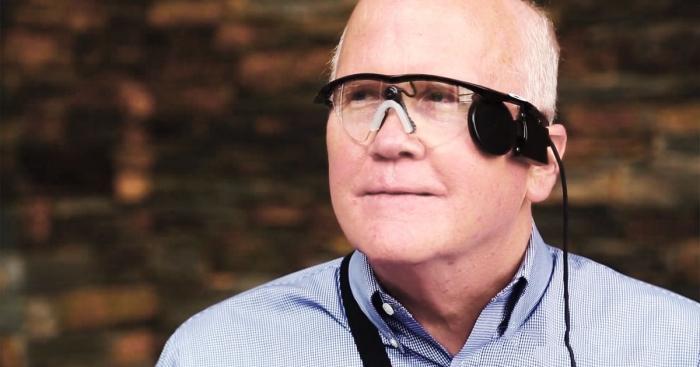 Бионический глаз позволит слепым людям видеть с помощью имплантированного микрочипа, соединенного с очками с помощью камер