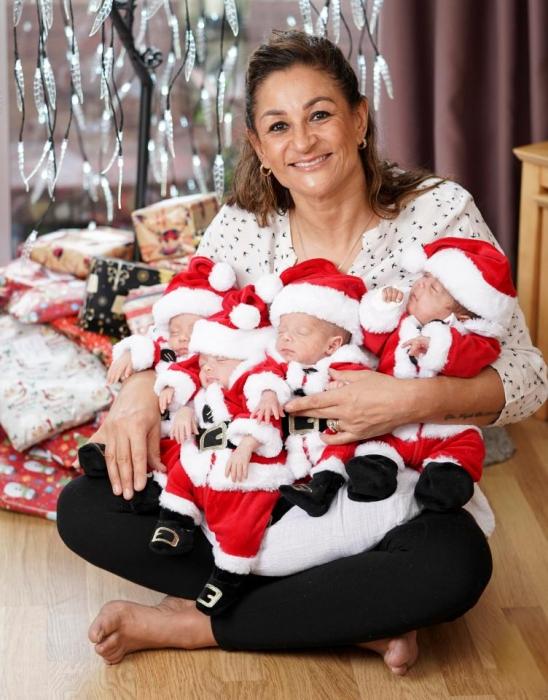 Уже немолодая женщина родила четверню в Англии и говорит, что она «самая счастливая женщина в мире»